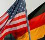 Eine deutsche und eine US-Flagge (l) wehen am Mittwochabend (12.07.2006) auf dem Flugplatz Rostock-Laage. US-Präsident Bush besucht auf Einladung von Bundeskanzlerin Merkel das Bundesland Mecklenburg-Vorpommern. Foto: Michael Hanschke dpa/lmv +++(c) dpa - Report+++